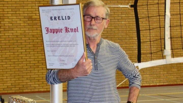 Jappie Knol toont de oorkonde, behorende bij het erelidmaatschap van Grouw '64.