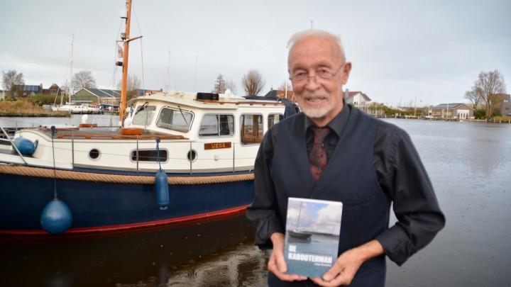 Jappie Kooistra -hier op de Nieuwe Kade- met zijn thriller De Kabouterman.