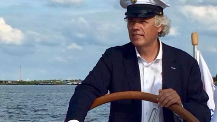 Jan Feike Hoekstra hier achter het stuurwiel als eigenaar/schipper van sloep 'Grutte Grize'.