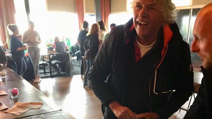 Jan Feike Hoekstra betaalt 'de schuld' lachend uit..