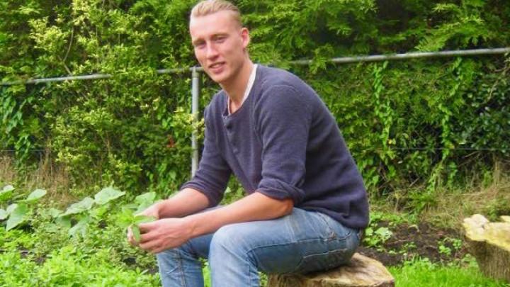 Joël van den Broek op zijn Yn 'e Sinne farm.