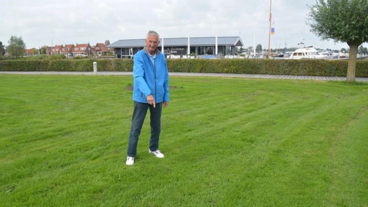 Johannes de Vries wijst de plek op de Blikpôle aan waar het monument moet komen te staan.