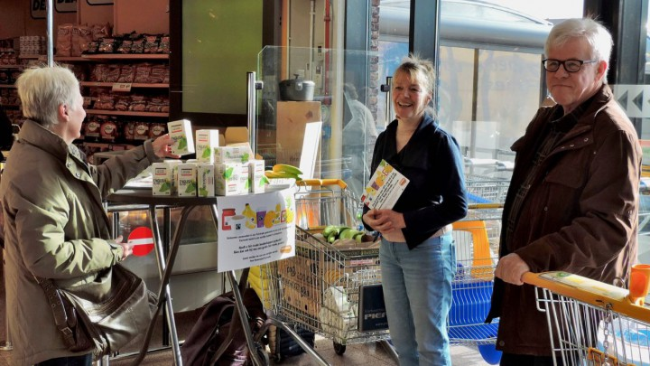 Enny van der Wiel van de werkgroep Fairtrade in gespek van klanten van Jumbo Grou.