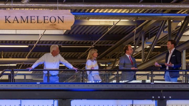 Wethouder Friso Douwstra (tweede van rechts) en directeur Dennis Gijsman (uiterst rechts) op de Kameleon. Links mededirecteur Thijs Zomer en daarnaast Gina Tromp (gemeente Leeuwarden).
