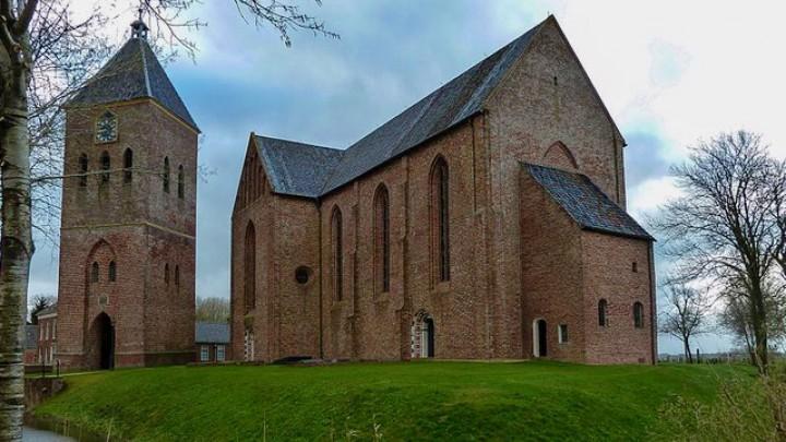 De Jacobuskerk in Zeerijp. Links de getroffen (vrijstaande) toren.