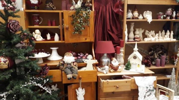 Een impressie van de kerstmarkt in de speciale hal van Kringloopwinkel Grou.