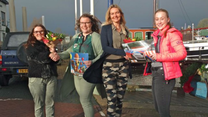 De winnaars nemen hun prijzen in ontvangst. Van links naar rechts: Janneke Veldkamp overhandigt de prijs aan Hinke Ploegsma en Eva van der Heide aan Mara Drenth. (Foto: Renée Slooff)