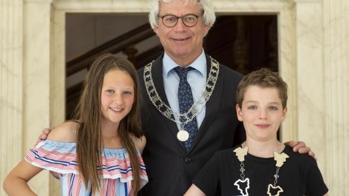 Burgemeester Crone poseert met kinderburgemeester Silvan de Vries en loco-kinderburgemeester Nine Spijksma.