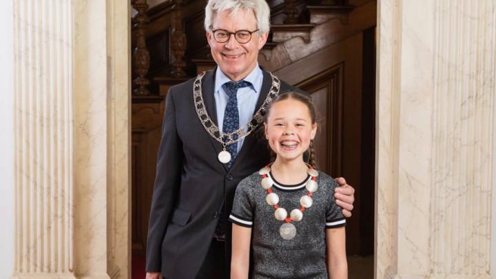 De in Leeuwarden wonende kinderburgemeester Sienna van Borkulo, met burgemeester Crone.