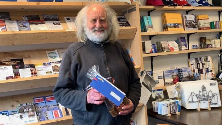 Klaas Vriesema, een bekende verschijning in Grou, met de door hem gewonnen prijzen.