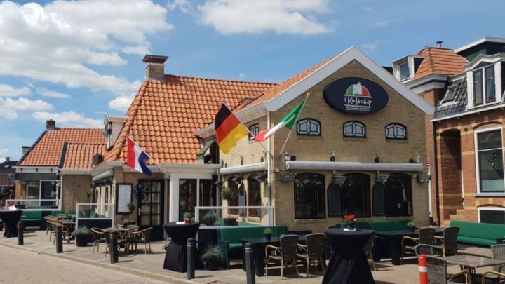 Restaurant 't Kofschip, op de hoek van de Wijde Steeg en de Gedempte Haven.