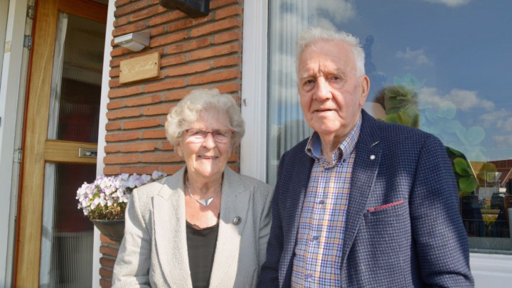 Wytze en Rinny Kooiker voor hun woning aan de Meersweg in Grou.