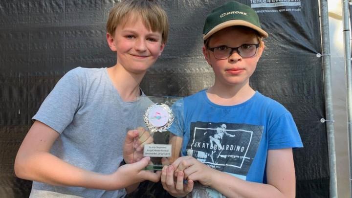 KoperKids Mees Schotanus en Hindrik van Seijen uit Grou met de trofee.