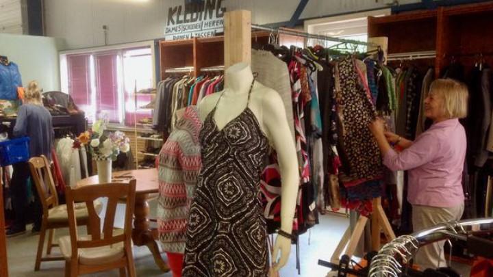 Bij de Kringloopwinkel is ruime keuze aan zomerkleding voor zowel volwassenen als kinderen.