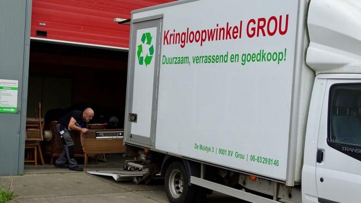 De kringloopvrachtauto is beschikbaar voor het halen en brengen.