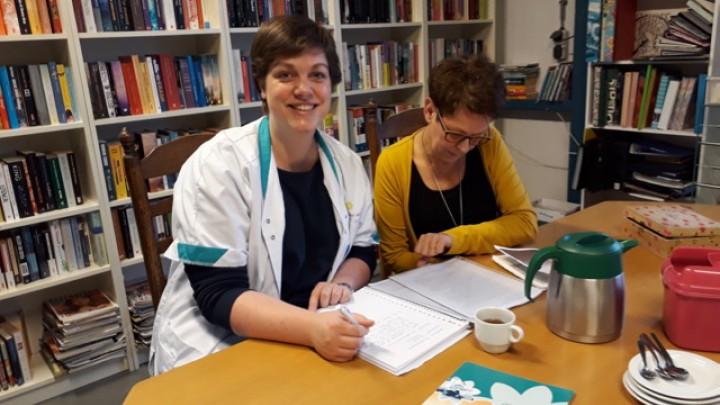 Johanna van Thuiszorg het Friese Land (links) en Martine van het Dorpenteam.
