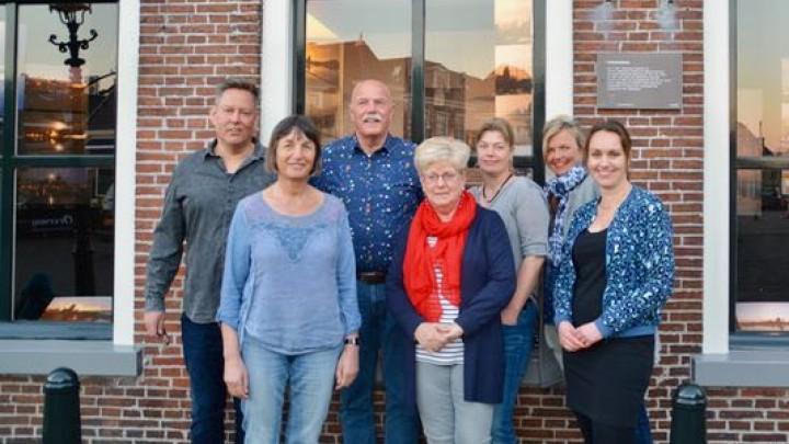Het nieuwe bestuur van Krite Grou. Van links naar rechts (achter): Kor Hylkema. Wouter de Vries (foarsitter), Rieneke Feenstra (waarnimmend ponghâlder), Nynke Heida, Hendrika Vis (programmearring). Voor: Nynke Beetstra (skriuwer) en Lies Oppedyk.