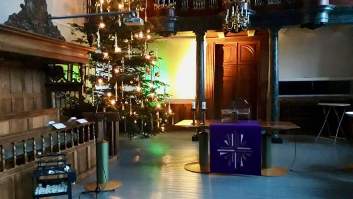 Ook dit jaar staat er weer een fraai versierde kerstboom in de Sint Piterkerk.