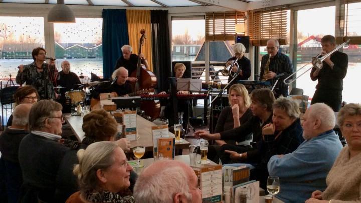 Nieuwjaarsconcert 2017 in de toen nog bestaande serre van Het Theehuis. Uiterst rechts de Grouster trombonist Haaije Jorritsma.