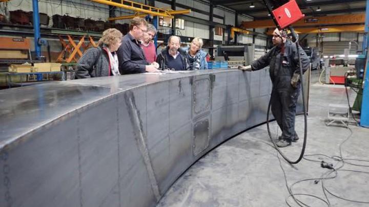 Leden van werkgroep De Rode Loper namen vorige week een kijkje bij realisatie van het kunstwerk.