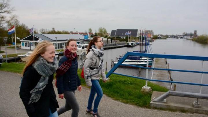 Aukje Sina Zijlstra (midden), Emmy Feddes en Jennifer Zandbergen vertrokken vanmorgen om 8 uur vanaf de woning van Aukje Sina, op Yn 'e Lijte.