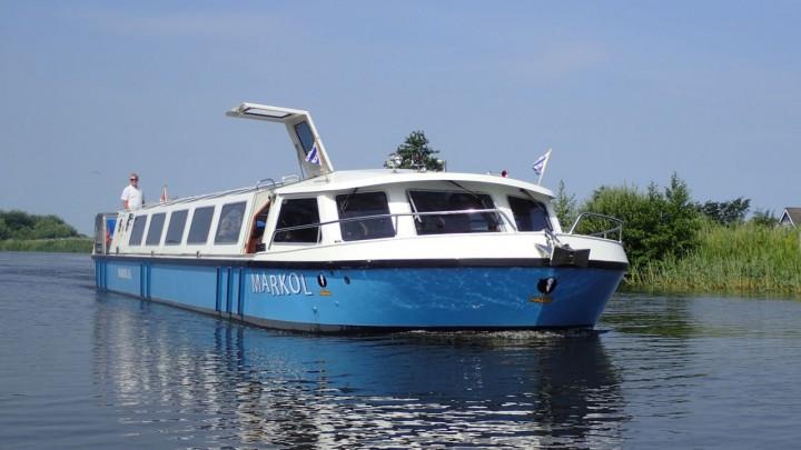 Doelgroepenschip Markol op het water bij Grou.