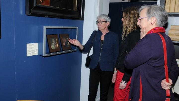 Gieneke Arnolli (rechts) en Ilse Stap (midden) van het Fries Museum krijgen uitleg van Gieneke Verhoeven.