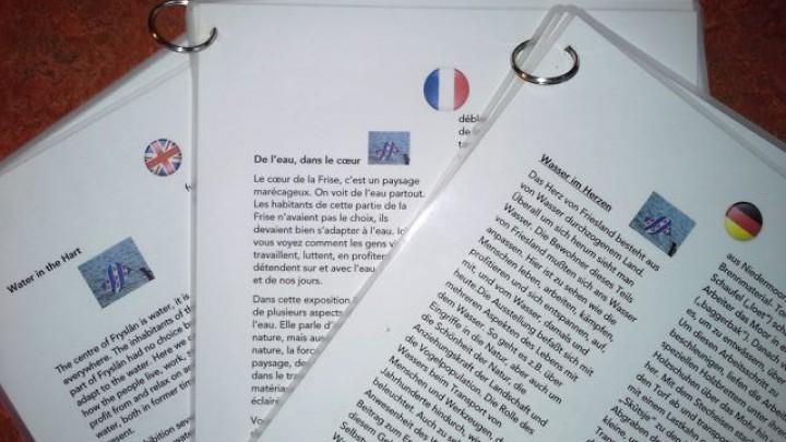 Per taal hebben vrijwilligers een informatie-waaier gemaakt.