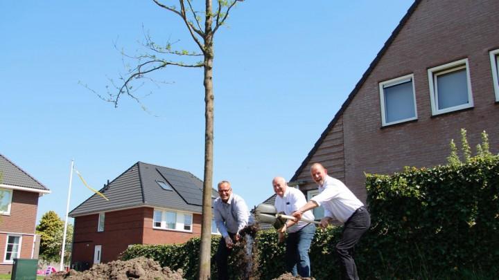V.l.n.r. voorzitter Sije van der Meulen van Sportcentrum Grou, wethouder Henk Deinum en directeur Folkert de Haan van HaeneS Planontwikkeling.