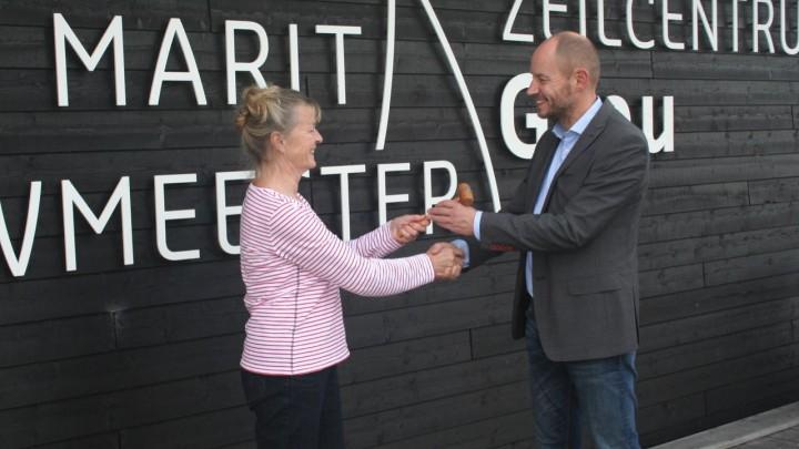 Nico Postma ontvangt de voorzittershamer van Enny van der Wiel.