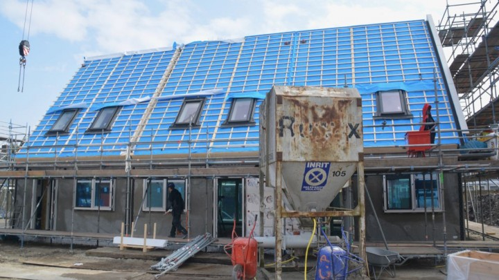 De bouw van de woningen in de Nijdjipstrjitte verloopt voorspoedig.