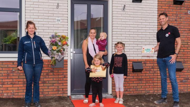 Irene van der Meulen van Elkien en Ferry van Asperen van Fijn Wonen droegen vandaag feestelijk de sleutel over aan Sabrina Rodenhuis en de kinderen.