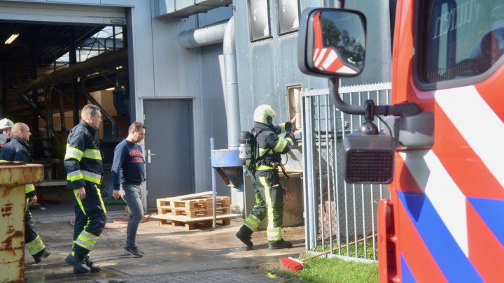 Een brandweerman verricht een warmtemeting bij de afzuiging van Octo-Plus.