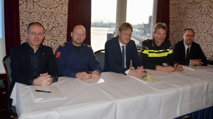De ondertekenaars van de intentieverklaring. V.l.n.r. Ivo Krikke (BusinessClub Grou), Dennis van Harten (brandweer), wethouder Sjoerd Feitsma (Gemeente Leeuwarden), Cor Reijenga (politie) en Martijn Wildeboer (adviseur keurmerk veilig ondernemen CCV).