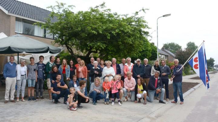 De bewoners van de Oostergoostraat waren gisteravond in feeststemming. (Foto: Jikkie Piersma)