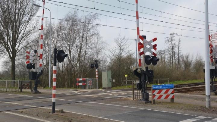 De verzakking is zo'n 30 à 40 meter rechts van deze spoorwegovergang.