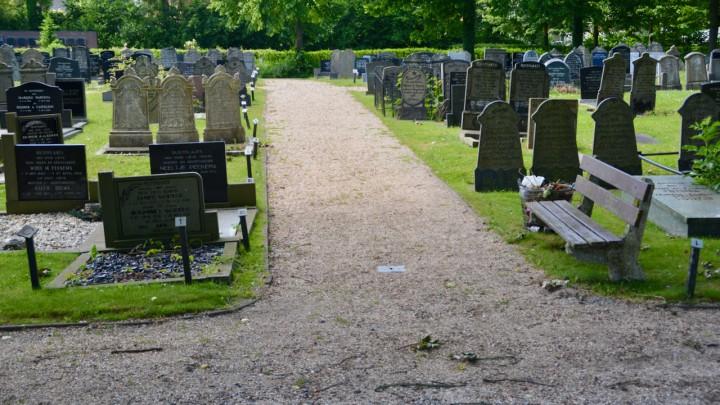 Het hoofdpad op de begraafplaats van Grou.