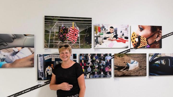 Nienke Bruinsma was vrijdag zelf bij de tentoonstelling. Boven Nienke's hoofd haar inzending 'Na gebruik wassen'.