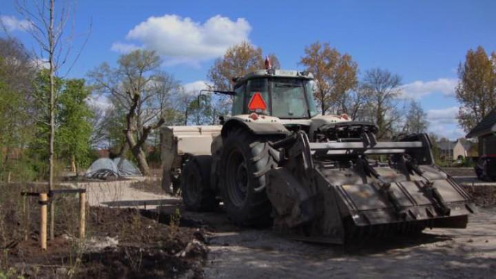 Lucky Poelstra kiekte in het park deze tractor met machinerieën, waarmee de paden worden gestabiliseerd.
