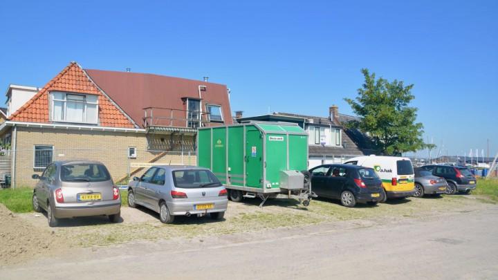 Deze strook grond Hellingshaven is nu nog parkeerterrein voor centrum-bewoners.