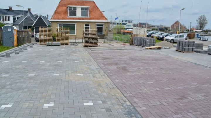 Het nieuwe parkeerterrein nabij de Hellingshaven. Er zijn 2 x 8 parkeerplaatsen en de toegang wordt afgesloten met een slagboom.