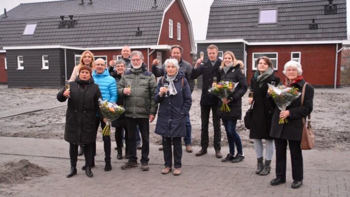 De bewoners toasten met Ulbe en AnnaMarie Dijkstra op hun nieuwe woning. Tevens kregen ze een bloemetje.