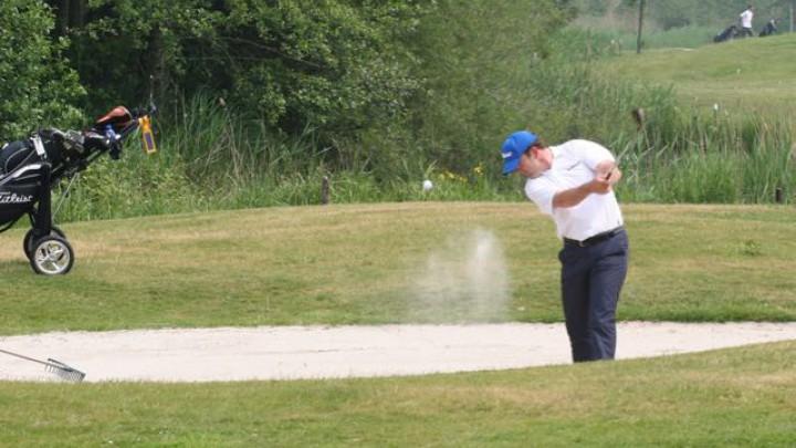 Mede-organisator Peter van den Broek in actie op de baan van golfclub de Groene Ster.