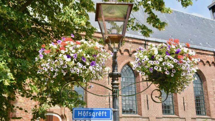 Ook rond de Sint Piterkerk zijn dit jaar weer bloemen opgehangen. Voor het laatst?
