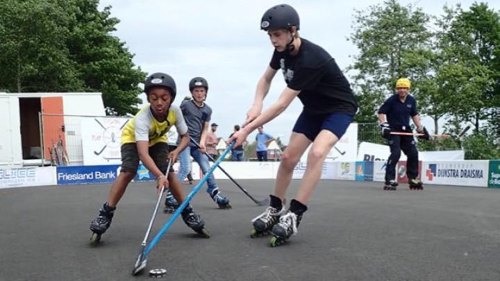 Inline hockeyers in actie op het tijdelijke court. (Foto: Jikkie Cats)