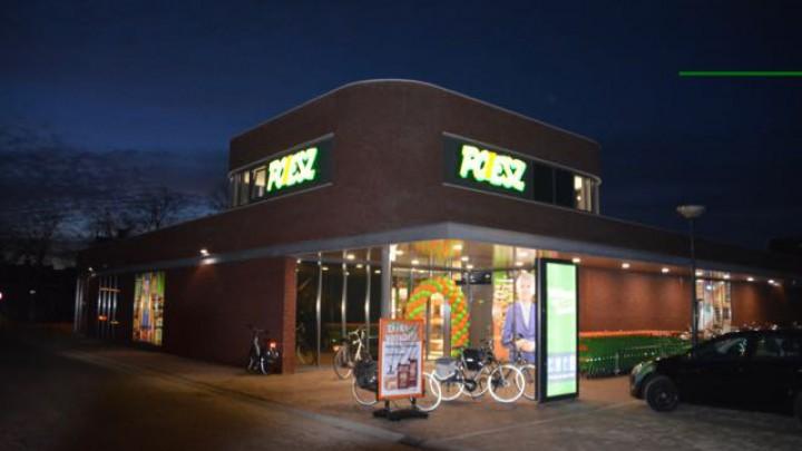 De nieuwe Poiesz supermarkt bij het invallen van de woensdagavond.