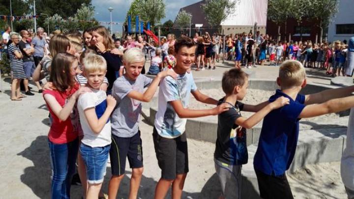 De polonaise op het schoolplein op de laatste schooldag.