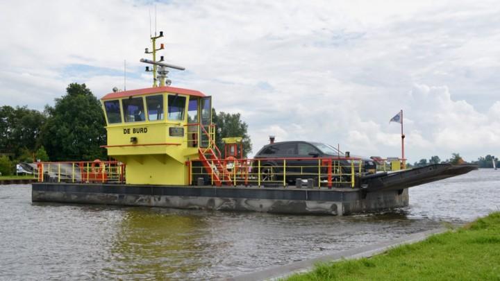 Pont De Burd vaart over het Prinses Margrietkanaal bij Grou.