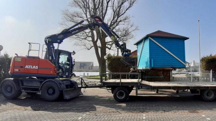 Het ponthokje wordt door aannemersbedrijf Tjepkema op een dieplader getakeld.