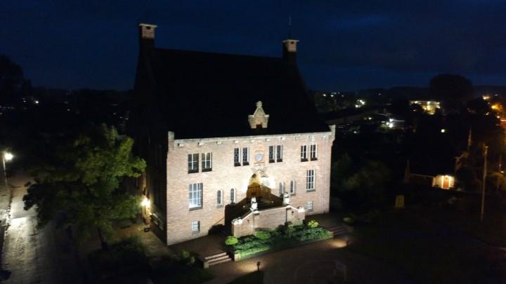 Het Raadhuis aan de Stationsweg bij avond. (Foto: D. Reijntjes)